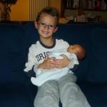 21 Novembre 2008. Andrea tiene in braccio Matteo che è appena arrivato a casa!