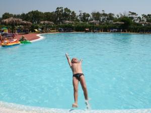 Andrea si cimenta in tuffi acrobatici in piscina....