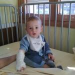 Matteo è al San Raffaele e aspetta di essere dimesso. Ha ancora il braccino steccato con la flebo attaccata.